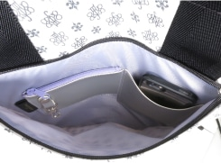 外前ファスナーポケットには、スマホも入るオープンポケット、コイン入れ、ペンホルダー、脱着式キーホルダーがついています。