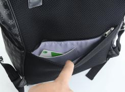 背面ファスナーポケット内には、切符やIC乗車券、駐車券などを入れておくのに便利なカード入れが付いています
