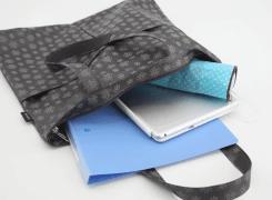 内側にはA4ファイルを入れる事もでき、小物などを入れるのに便利なファスナーポケットが1つ付いています。