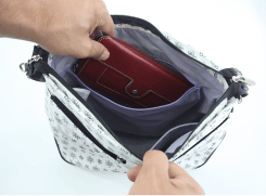 内側には大きな長財布も入る、ファスナーポケット付き。