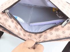 外前ポケットには、小銭入れ、ペンホルダー、カード入れ、脱着式キーホルダーが付いています。ダブルファスナーで左右どちらからも開く事が可能。