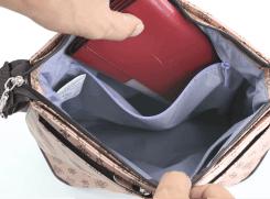 内側ファスナーポケットには、折財布などを入れる事が可能です。
