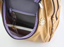 ファスナーロック付きの前ポケットには、タブレットが入るゆとりがあり(写真はipad2)コイン入れ、脱着式キーホルダー、ペンホルダーが付いています。