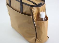サイドポケットには500mlのペットボトルが入ります。もちろん折傘を入れておいても便利です。