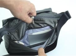背面のファスナーポケットには、切符などを入れておくと便利なカード入れ。スマートフォンや携帯電話など入れておけば、マナーモードの時も気づきやすい