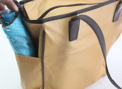 外サイドポケットは、折傘やペットボトルを入れるのに便利