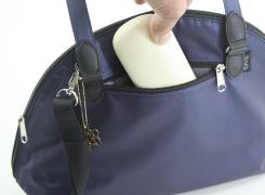 外ファスナーポケットは、メガネケースを縦に入れる事が出来る深いポケットがあります。