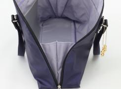 """内側の両サイドに""""水かき""""が付いているので、バッグは大きく開くことができます。"""