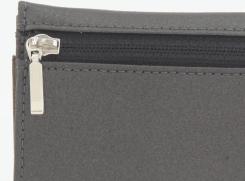 背面ファスナーは、手やお召し物、バッグの中に優しい裏使いです