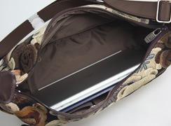 内側はB5ノートやタブレットがゆとりを持って入ります。(容量6リットル)