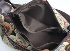 内ファスナーポケットは、折財布などを入れておくのに便利。