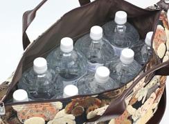 2リットルのペットボトルを立てて9本入れる事ができるたっぷりとした容量です。