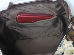 内側:ファスナーポケットは、大きめの長財布を入れる事ができて安心。