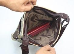 内側:ファスナーポケットはバッグの横幅分ありとても大きいので、大きな財布などを入れることが可能