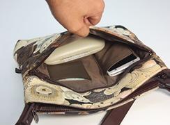 外前ファスナーポケット内には、カード入れ、携帯電話入れが付いています。マチが少しありますので、めがねケースなども入ります。※写真の携帯電話サイズ(幅7.4cm 高9.4cm 厚み1.1cm)