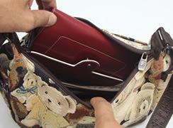 内ファスナーポケットは大きな横長財布が入ります。