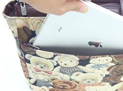 外前ファスナーポケットには、タブレットが入るサイズがあります。(写真はiPad air)