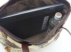 内側には、500mlのペットボトルを立てて入れることが可能。