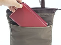 内ファスナーポケットには、横長の財布が入るサイズがありとても安心