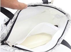 内側 : ファスナーポケットには、めがねケースなどが入ります。