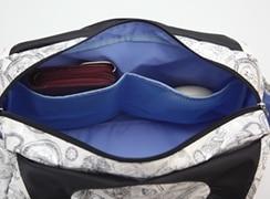内側:オープンポケットは中の物が見えやすいメッシュ仕様
