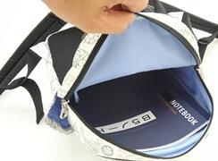容量が5リットルあり、B5サイズのノートがぴったり入るサイズ。ノートの角がバッグに当たります。