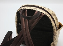 ライトウッドのショルダー紐と背当部(メッシュ)は茶色。