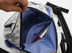 内側:ファスナーポケットには、財布などを入れておくとさらに安心。