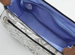 本体より長いファスナーが付いているから、開きが抜群で長財布などの出し入れが楽々