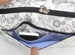 背面ファスナーポケット内には、パスケースやスマートフォンが入るポケット付き