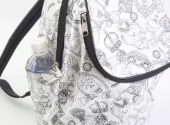 サイドオープンポケットにはペットボトルや、折りたたみ傘などが入ります。