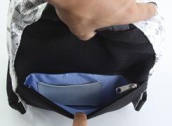背中面にある、ファスナーポケット内にはカード入れが付いていて、切符などを入れておくのにとても便利。