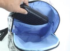 内側ファスナーポケットには、横長の財布が入るので、とても安心。