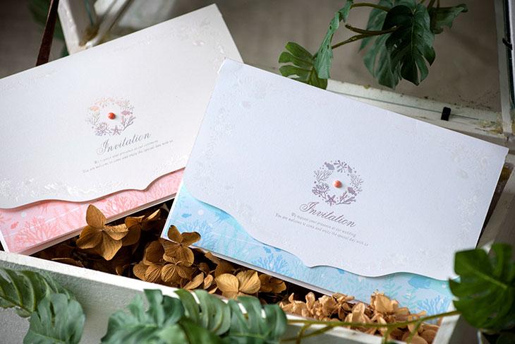 リゾートウエディングにぴったりなペーパーアイテム 海や珊瑚そして貝をモチーフにした南国にふさわしい結婚式の招待状 国内のみならず海外の挙式を挙げられる方にも人気。   コーラル(招待状)イメージ