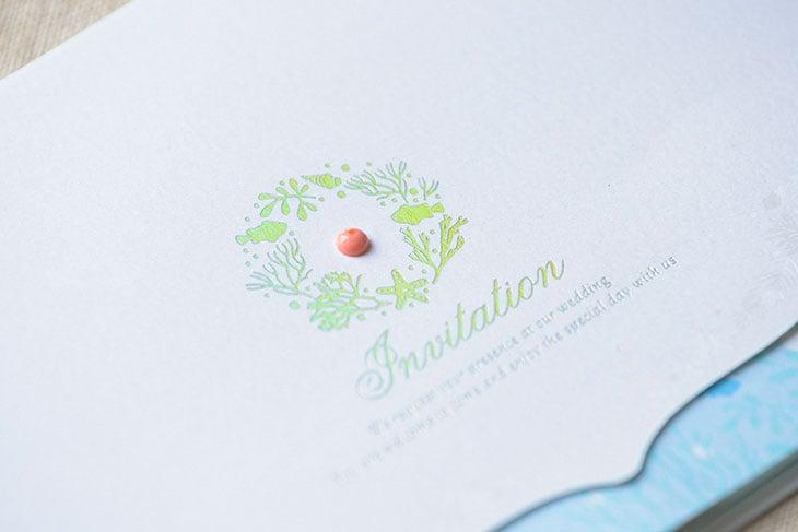 結婚式招待状 コーラル 国内や海外のリゾートウエディングにぴったりなペーパーアイテム 海や珊瑚そして貝をモチーフにした南国にふさわしい結婚式の招待状