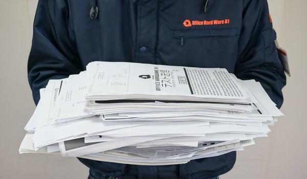 溜まりに溜まった書類を一気に処理するエーワンスタッフ