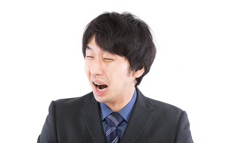 高い修理費用を請求されて大泣きしている男