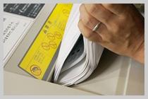 業務用シュレッダーに用紙を入れ過ぎて紙詰まりを起こしているイメージ