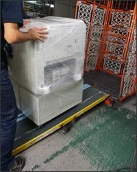 大型特殊商品運送用のラックに載せます