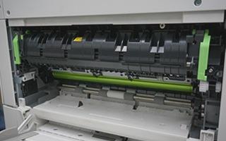 低速のコピー機で大量に印刷し続けると紙詰まりが起きやすい