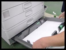 中古コピー機の各段の給紙カセットから紙送りの確認をしている様子