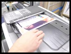 中古コピー機の自動原稿読取装置の紙送りを確認している様子