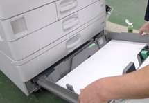 中古コピー機の紙送りの整備の様子