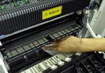 中古印刷機の紙送りの整備の様子