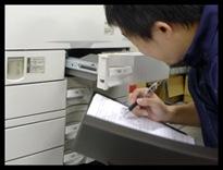 中古コピー機の整備状況を最終確認している様子