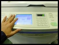 中古印刷機の状態を確認している様子