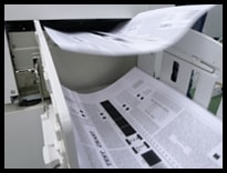 中古印刷機の印字状態を確認している様子