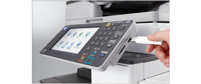 MP C3303 SPF操作パネルのサイドには、USBメモリー、SDカードのスロットを標準搭載