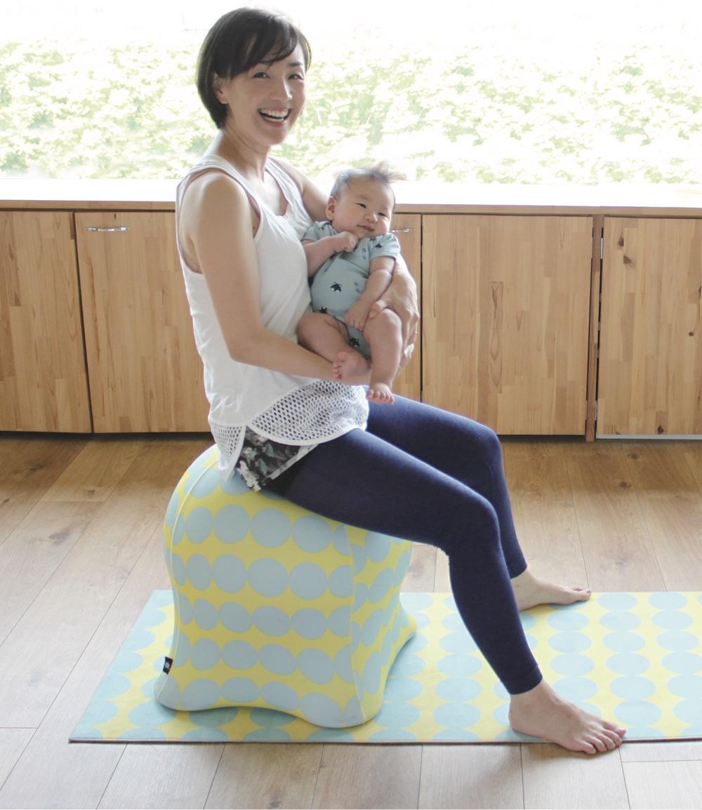 ママが座って赤ちゃんすやすや。
