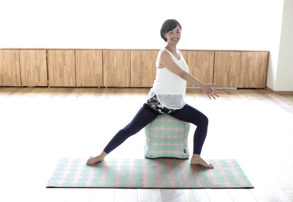 「骨盤底筋」を意識しながら、上下に弾んだり左右に動かして腰回り、下半身、足のエクササイズをしましょう。